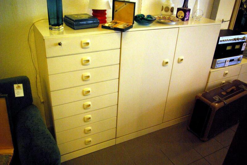 ruempelstilzchen hohe kommode niedriger kleiderschrank wie auch immer wei 70er jahre. Black Bedroom Furniture Sets. Home Design Ideas